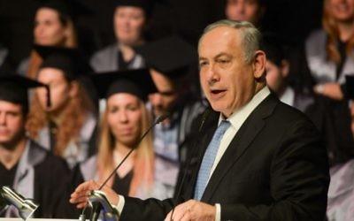 Le Premier ministre Benjamin Netanyahu pendant la première cérémonie de remise de diplômes de la faculté de médecine de l'université Bar-Ilan à Safed, le 1er juin 2016. (Crédit : Amos Ben Gershom/GPO)