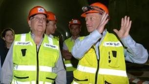 Le président Reuven Rivlin, à gauche, avec le directeur du projet Fast Lane vers Jérusalem, Dror Sofro, pendant une visite du chantier du train à haute vitesse entre Tel Aviv et Jérusalem, le 1er juin 2016. (Crédit : Mark Neyman/GPO)