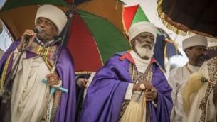 Des membres de la communauté éthiopienne d'Israël participent à une cérémonie en mémoire des juifs éthiopiens morts en chemin vers Israël entre 1979 et 1990, au mont Herzl, à Jérusalem, le 5 juin 2016. (Crédit : Hadas Parush/Flash90)