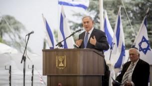 Le Premier ministre Benjamin Netanyahu pendant une cérémonie en mémoire des juifs éthiopiens morts en chemin vers Israël entre 1979 et 1990, au mont Herzl, à Jérusalem, le 5 juin 2016. (Crédit : Hadas Parush/Flash90)