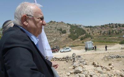 Le président Reuven Rivlin en visite au Conseil régional du Binyamin, en Cisjordanie, le 6 juin 2016. (Crédit : Mark Neyman/GPO)