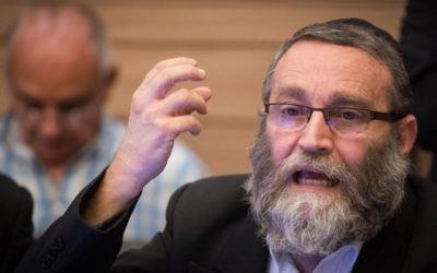 Moshe Gafni, député de Yahadout HaTorah, pendant une réunion de la commission des Affaires internes de la Knesset sur un projet de loi modifiant les régulations de l'utilisation des mikvés, à Jérusalem, le 6 juin 2016. (Crédit : Hadas Parush/Flash90)