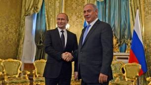 Le Premier ministre Benjamin Netanyahu (à droite) et le président russe Vladimir Poutine à Moscou, le 7 juin 2016. (Crédit : Haim Zach / GPO)