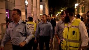Le ministre de la Sécurité publique Gilad Erdan visite le site d'une attaque terroriste meurtrière, à Tel Aviv, le 8 juin 2016 (Crédit : Ben Kelmer/Flash90)