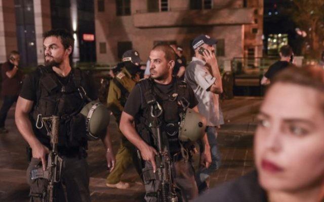 Les forces de sécurité israéliennes sur les lieux d'un attentat terroriste au marché Sarona de Tel Aviv, le 8 juin 2016. (Crédit : Ben Kelmer/Flash90)