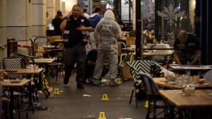 Les forces de sécurité israéliennes sur les lieux d'un attentat terroriste au marché Sarona de Tel Aviv, le 8 juin 2016. (Crédit : Gili Yaari/Flash90)