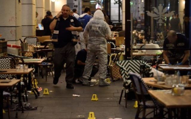 Les forces de sécurité israéliennes sur les lieux d'un attentat terroriste au marché Sarona de Tel Aviv, le 8 juin 2016. (Crédit photo: Gili Yaari/Flash90)