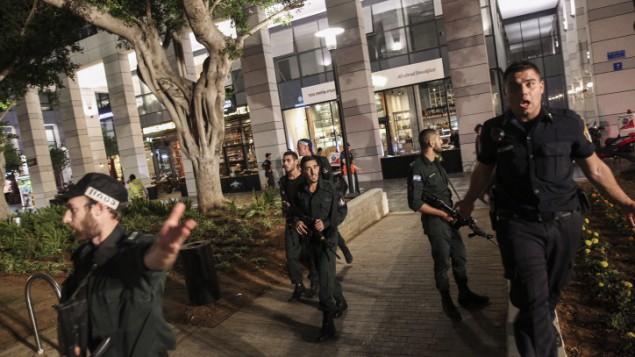 Les forces de sécurité israéliennes sur les lieux de l'attaque terroriste du marché Sarona, à Tel Aviv, le 8 juin 2016 (Crédit : Miriam Alster/Flash90)