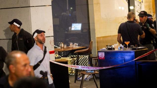 Les forces de sécurité israéliennes sur les lieux d'un attentat terroriste au marché Sarona de Tel Aviv, le 8 juin 2016. (Crédit : Miriam Alster/Flash90)