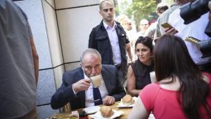 Le ministre de la Défense Avigdor Liberman au marché Sarona de Tel Aviv, au lendemain d'une fusillade terroriste, le 9 juin 2016. (Crédit : Miriam Alster/Flash90)
