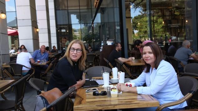 Les membres du parti Union sioniste, Tzipi Livni et Shelly Yechimovich se sont rendues au marché Sarona à Tel Aviv, le 9 juin 2016, au lendemain matin d'une attaque terroriste (Crédit : Miriam Alster/Flash90)
