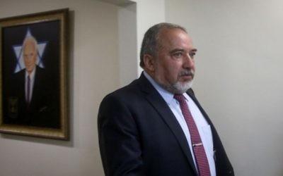 Le ministre de la Défense Avigdor Liberman avant la réunion hebdomadaire du cabinet dans les bureaux du Premier ministre à Jérusalem, le 13 juin 2016. (Crédit : Marc Israel Sellem)