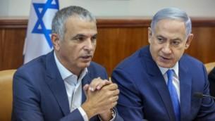 Le Premier ministre Benjamin Netanyahu et son ministre des Finances Moshe Kahlon pendant la réunion hebdomadaire du gouvernement à Jérusalem, le 13 juin 2016. (Crédit : Marc Israel Sellem/POOL)