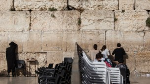 Hommes et femmes priant de part et d'autre de la séparation au mur Occidental, le 14 juin 2016. (Crédit : Wajsgras/Flash90)