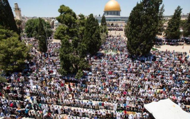 Des milliers de musulmans prient devant le Dôme du Rocher sur le complexe appelé al-Haram al-Sharif par les musulmans et mon du Temple par les juifs, le deuxième vendredi du mois saint de Ramadan, dans la Vieille Ville de Jérusalem, le 17 juin 2016. (Crédit : Suliman Khader/Flash90)