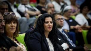 La députée Nurit Koren (Likud) pendant une conférence sur l'affaire des enfants yéménites à la Knesset, le 21 juin 2016. (Crédit : Miriam Alster/Flash90)