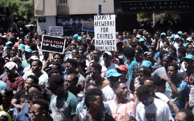 Des migrants érythréens manifestent devant l'ambassade de l'Union européenne à Ramat Gan, près de Tel Aviv, demandant à l'UE de juger les dirigeants érythréens pour crimes contre l'humanité, le 21 juin 2016 (Crédit : Tomer Neuberg/Flash90)