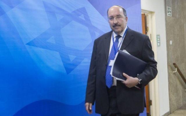 Dore Gold, directeur général du ministère des Affaires étrangères, arrive à la réunion de cabinet hebdomadaire dans les bureaux du Premier ministre, à Jérusalem, le 26 juin 2016. (Crédit : Miriam Alster/Flash90)