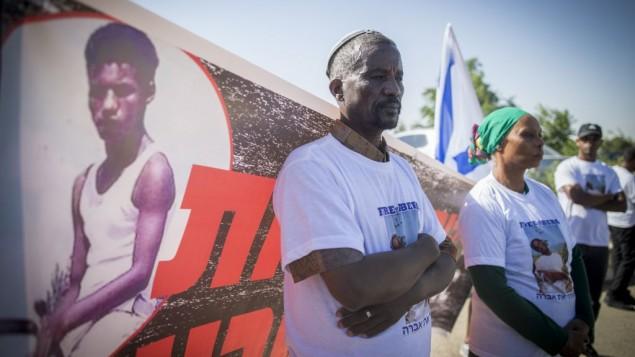 Les amis et la famille d'Avraham Mengistu manifestent devant les bureaux du Premier ministre à Jérusalem, le 26 juin 2016. (Crédit : Yonatan Sindel/Flash90)
