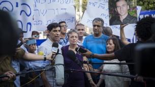 Les parents des soldats israéliens décédés Oron Shaul et Hadar Goldin ont protesté devant la résidence de Jérusalem du Premier ministre Benjamin Netanyahu, le 27 juin 2016. (Crédit : Hadas Parush/Flash90)