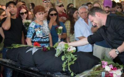 Des centaines de personnes aux funérailles d'Esti Weinstein qui s'est suicidée, le 28 juin 2016 à Petach Tiqwa (Crédit : Avi Dishi/FLASH90)