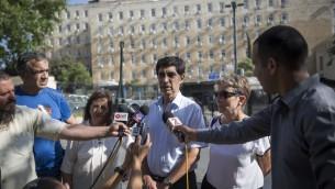 Les parents de Hadar Goldin et d'Oron Shaul s'adressent aux médias, à Jérusalem, le 28 juin 2016. (Crédit : Hadas Parush/Flash90)