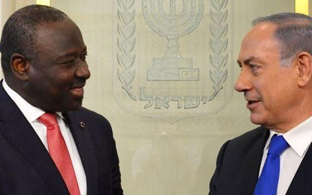 Le Premier ministre Benjamin Netanyahu s'adresse au Dr. Lassina Zerbo, secrétaire exécutif de l'Organisation du traité d'interdiction complète des essais nucléaires, à Jérusalem, le 20 juin 2016 (Crédit : Kobi Gideon/GPO)