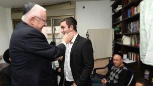 Le président Reuven Rivlin visite la famille du rabbin Reuven Birmajer, qui a été assassiné dans une attaque terroriste à Jérusalem, le 27 décembre 2015. (Photo Mark Neyman / GPO)