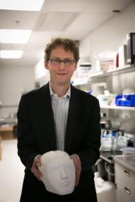Gal Sela, cofondateur de Synaptive Medical, montre le faux cerveau de sa compagnie dans l'installation de recherche MaRS à Toronto, le 3 mai 2016. (Crédit : Nabil Shash/gouvernement de l'Ontario)