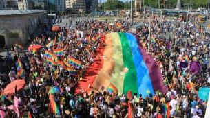 La gay pride d'Istanbul sur la place Taksim, en 2011. (Crédits : Wikipedia)