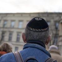 Un homme portant une kippa pendant la marche silencieuse commémorant le 75e anniversaire des pogroms de la Nuit de Cristal, ou Kristallnacht, à Berlin, le 9 novembre 2013. (Crédit : Carsten Koall/Getty Images via JTA)