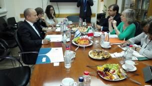 La ministre italienne de l'Education, des Universités et de la Recherche Stefania Giannini a rencontré son homologue le ministre israélien de l'Education Naftali Bennett, le 2 juin 2016, ainsi qu'avec le ministre des Sciences Ofir Akunis. (Photo: Rossella Tercatin / Times of Israel)