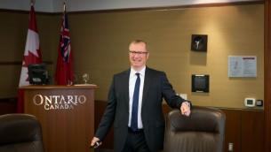 Gregory Wootton, sous ministre adjoint des ministères du Développement économique et de la Recherche et Innovation de l'Ontario, s'adresse à un groupe de journalistes israéliens à Toronto, le 2 mai 2016. (Crédit : Nabil Shash/gouvernement de l'Ontario)