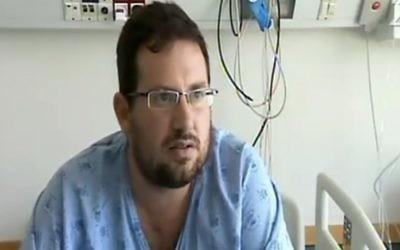 Hagai Klein a été blessé pendant l'attentat terroriste de Sarona, à Tel Aviv, le 8 juin 2016. Il est vu attaquer l'un des terroristes avec une chaise dans les vidéos de l'attentat enregistrées par les caméras de sécurité. (Crédit : capture d'écran Deuxième chaîne)