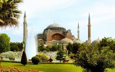 Sainte-Sophie, ancienne basilique devenue mosquée puis musée, à Istanbul, en 2006. (Crédits : Wiki Commons)
