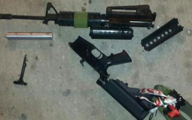 Un fusil M-16 retrouvé dans le coffre d'une voiture palestinienne le 19 juin 2016. (Photo: porte-parole de la police)