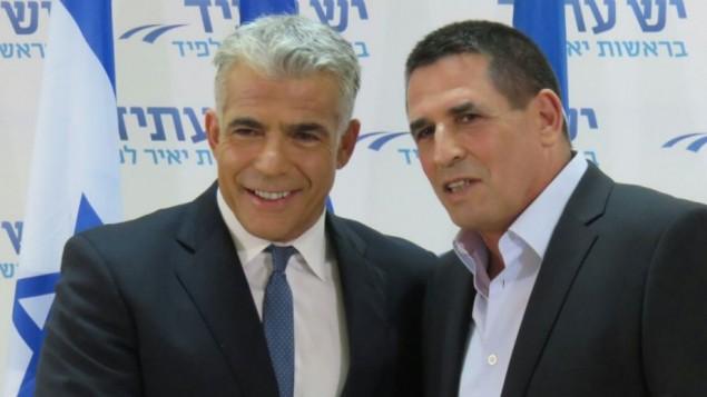 L'ancien commissaire adjoint de la police Yoav Segalovich avec le leader de Yesh Atid, Yair Lapid, après qu'il a annoncé qu'il allait rejoindre le parti, le 29 mai 2016 (Crédit : autorisation)