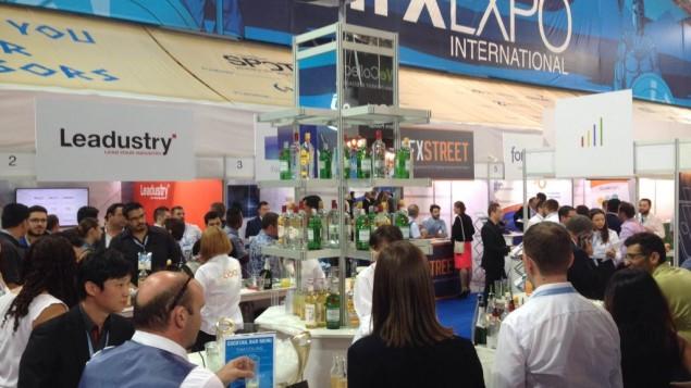Un open bar servant des cocktails à la conférence IFX Expo à Chypre, en mai 2016. (Crédit : Hunter Stuart)