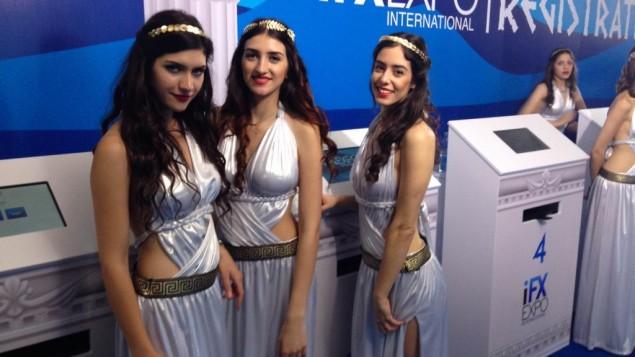 Des modèles en costume grecs accueillent les participants de la conférence IFX Expo à Chypre, en mai 2016. (Crédit : Hunter Stuart)