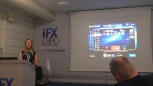 """Tammy Levy, de SpotOption, pendant un """"atelier"""" sur les plateformes efficaces pour les transactions d'options binaires, à la conférence IFX Expo à Chypre, en mai 2016. (Crédit : Hunter Stuart)"""