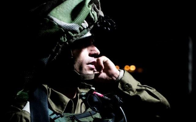 Soldat israélien à Yatta, près de Hébron, après un attentat au marché Sarona de Tel Aviv par deux terroristes originaires du village, dans la nuit du 8 au 9 juin 2016. (Crédit : armée israélienne)
