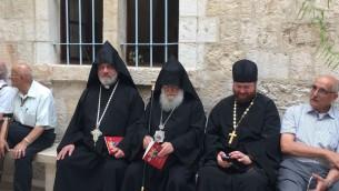 Trois prêtres et popes de rituels différents, avant le temps de prière. (Crédits : Héloïse Fayet / Times of Israel)