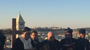 Rituel de l'adoration de la Pentecôte sur le toit du complexe maronite de Jérusalem, le 19 juin 2016. (Crédits : Héloïse Fayet / Times of Israel)