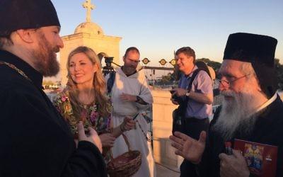 Deux prêtres se saluent après le temps de prière extraordinaire à Jérusalem, le 19 juin 2016. (Crédits : Héloïse Fayet / Times of Israel)