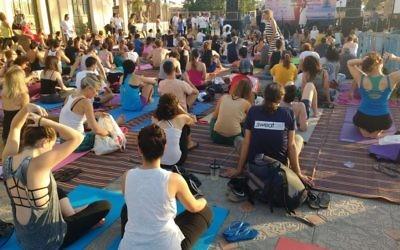 La série de mouvement pour la classe de yoga de la Journée internationale du Yoga a été conçue par le gouvernement indien, et réalisée dans le monde entier, le 21 juin 2016. (Crédit : Melanie Lidman/Times of Israel)