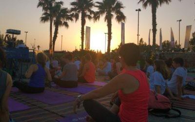 Des centaines de personnes assistent à la master class de la deuxième Journée internationale du Yoga, à Tel Aviv, le 21 juin 2016. (Crédit : Melanie Lidman)