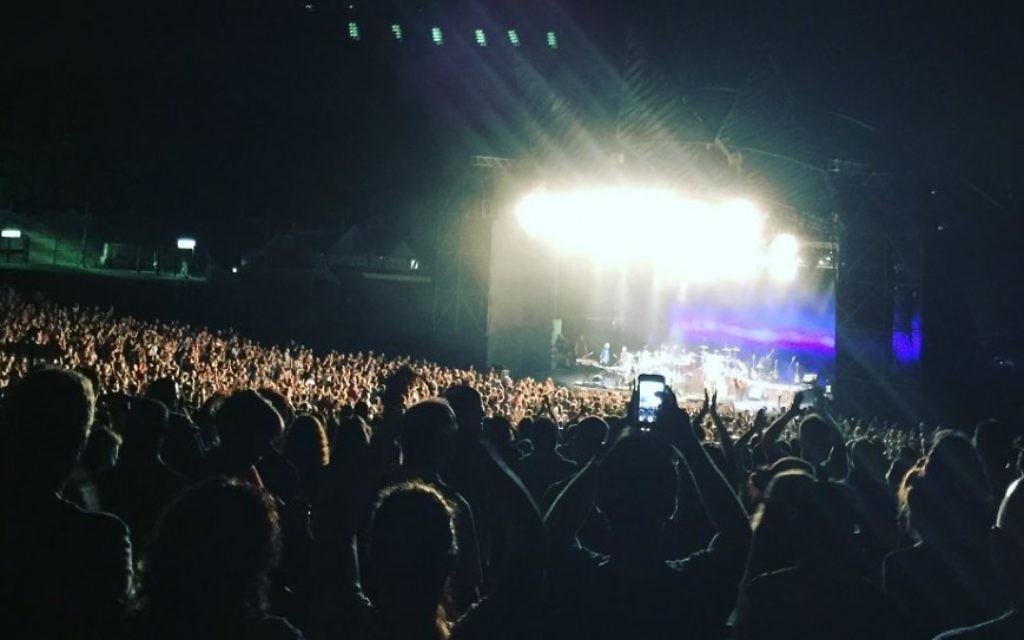 """Des milliers de fans heureux pendant le concert """"Pet Sounds"""" de Brian Wilson à Raanana, le 8 juin 2016. (Crédit : Jessica Steinberg/Times of Israel)"""