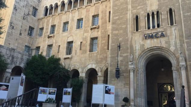 Le YMCA historique de Jérusalem, où l'exposition de photos du projet de coexistence Salle des profs est visible en ce moment, et où d'autres projets de coexistence, dont une crèche judéo-arabe et une chorale de jeunes, sont aussi organisés. (Crédit : Jessica Steinberg/Times of Israel)