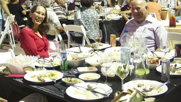 Ravit Boged (à gauche) pendant le repas d'iftar avec Tachsim Jaber à Tayibe, le 9 juin 2016. (Crédit : Dov Lieber/Times of Israel)