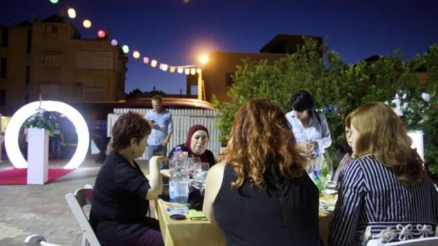 Juifs et arabes partagent un iftar (repas de rupture du jeûne) pendant le mois de Ramadan, à Tayibe, le 9 juin 2016. (Crédit : Dov Lieber/Times of Israel)